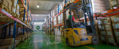 R+L Global Logistics warehouse forklift driver
